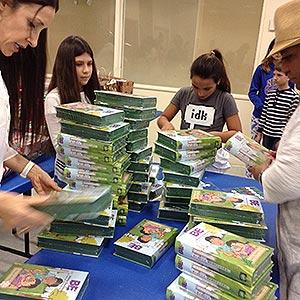 300Preparando-las-BE-para-la-entrega-a-hijos-de-inmigrantes-en-Homestead,-FL