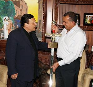 Alberto Mottesi junto al Presidente de Honduras, Porfirio Lobo Sosa