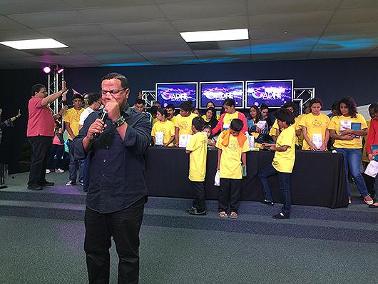 Pastor-Edwin-Lemuel-orando-por-los-niños